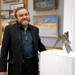 МОСХ на Беговой. Скульптор Степан Сагайко рядом со своей работой